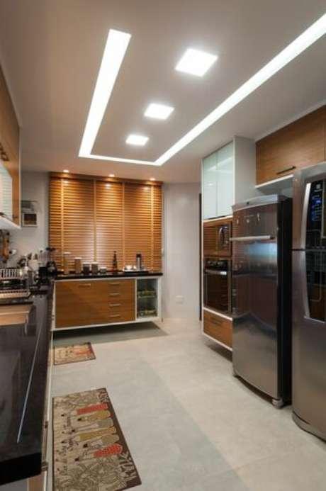10. Cozinhas ficam muito charmosas com sancas de gesso acartonado. Projeto por: Bernal Projetos