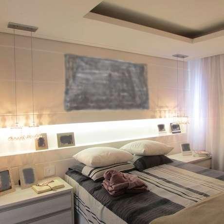 18. O quarto também pode ter paredes de gesso acartonado com nichos, substituindo cabeceiras e criados-mudos. Projeto por: Andréa Xavier