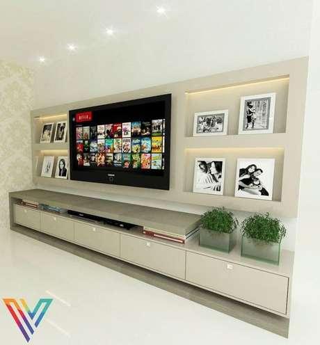 24. Painéis de televisão também podem ser montados a partir de placas de gesso acartonado. Projeto por: Fernanda Pereira