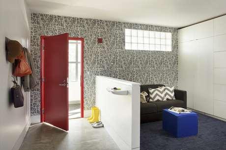 25. Meias paredes feitas com gesso acartonado também podem ser feitas como uma bancada. Foto: Vida de Casada