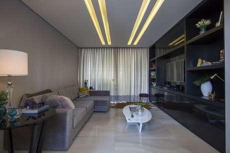 30. A sanca de gesso acartonado também pode ter trilhas de iluminação. Projeto por: Belezini + Dalmazo Arquitetura