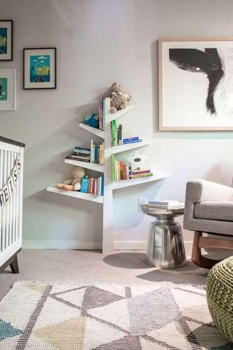 70. Invista em uma prateleira em formato de árvore para quarto infantil. Fonte: Pinterest
