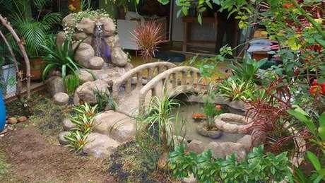 21. Use pontes e flores para decorar seu lago artificial pequeno. Fica lindo! – Por: Kallinas