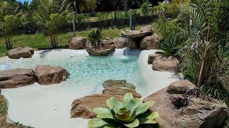 26. Como fazer lago artificial com lona e decorá-lo pedras e plantas – Por: Pinterest