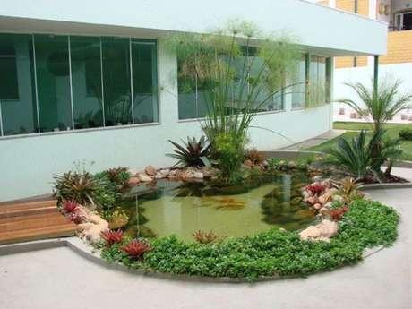 29. Faça uma linda decoração no seu lago artificial para ter um jardim encantador