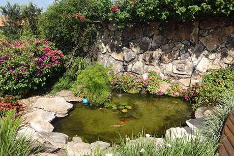 30. O lago artificial para jardim pequeno é encantador! – Por: Flora Ypê