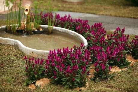 50. O lago artificial pequeno fica incrível decorado com flores! – Por: Pinterest
