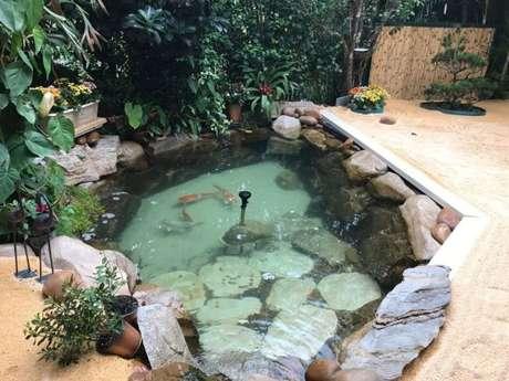 34. Faça um lago ornamental com carpas apenas se for fundo o bastante para os peixes nadarem! Use sua criatividade com o lago artificial – Por: Pinterest