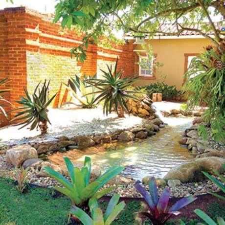 35. Um lindo lago ornamental rodeado por plantas no jardim – Por: Pinterest