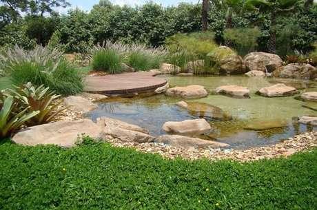 36. Lago ornamental com pedras decorativas e um deck para relaxar perto do lago artificial – Por: Pinterest