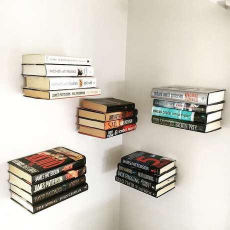 60. Que tal livros flutuantes, com um suporte de ferro, que fica escondido, é possível criar esse efeito. Fonte: Pinterest