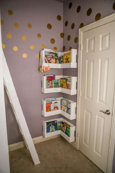 21. O espaço atrás da porta pode ser muito bem aproveitado com prateleira para livros. Fonte: Project Nursey