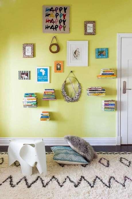 71. Os suportes do tipo L deixam o efeito de livros flutuantes na parede. Fonte: Pinterest