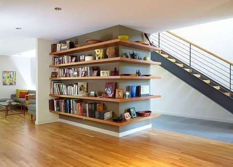 75. Prateleira de canto para apoio de livros e itens decorativos. Fonte: Casa Abril