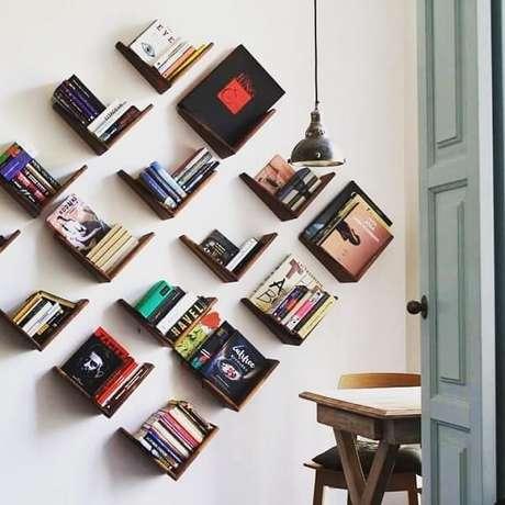 76. Prateleira para livros alinhadas de forma inclinada. Fonte: Marco Maio