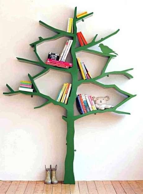 24. Prateleira para livros em formato de árvore na cor verde encanta a decoração do ambiente. Fonte: Pinterest
