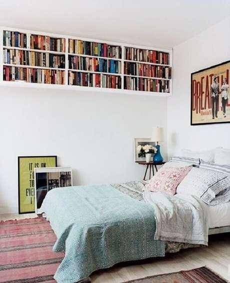 58. Prateleira para livros alinhada com o teto, maximiza o espaço do quarto. Fonte: Book Bub