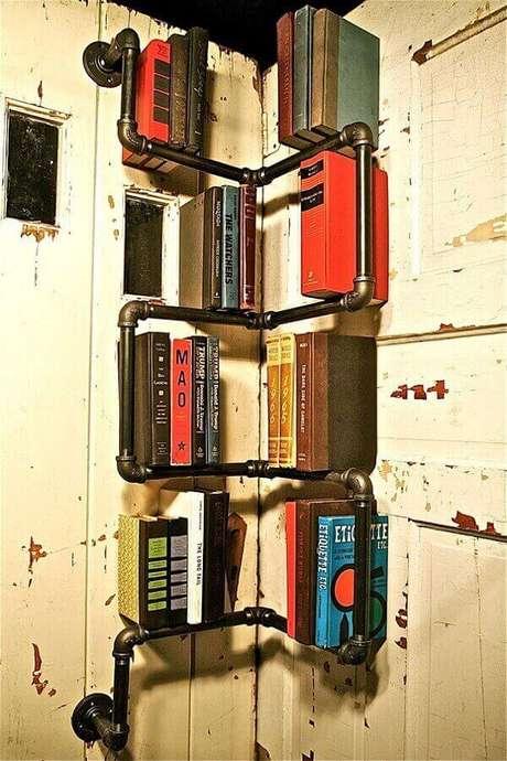 27. Prateleira para livros com design criativo formado por canos. Fonte: Pinterest