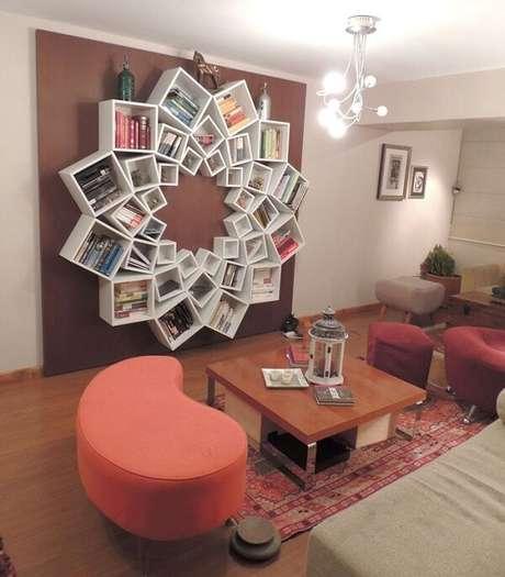 9. Prateleira para livros com design de flor encanta a decoração da sala de estar. Fonte: Pinterest