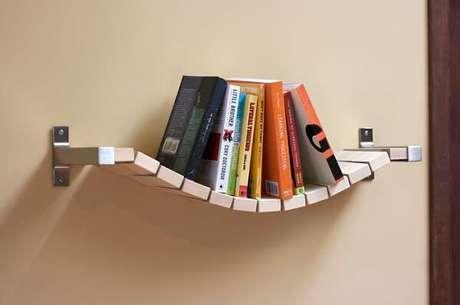 31. Prateleira para livros com design ousado feito de madeira. Fonte: Fungus Amungus