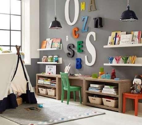 38. Prateleira para livros com estrutura de madeira. Fonte: Pottery Barn Kids