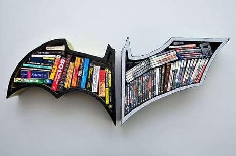 39. Prateleira para livros formado pelo simbolo do Batman. Fonte: Pinterest