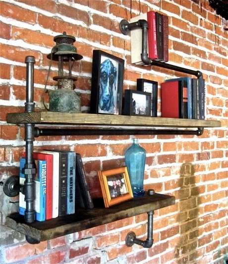 40. Prateleira para livros formada com estrutura de madeira e canos. Fonte: Pinterest