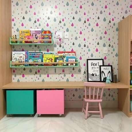 41. Prateleira para livros infantil posicionada acima da bancada de madeira. Fonte: Tua Casa