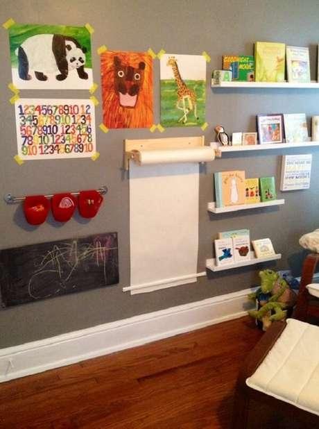 45. A diversão é garantida com prateleira para livros infantil e rolo de papel de parede. Fonte: Pinterest
