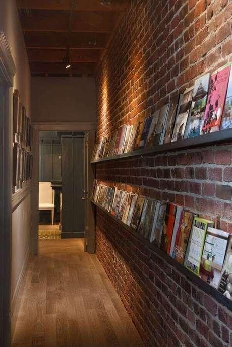 49. Prateleira para livros posicionadas no corredor. Fonte: Book Bub