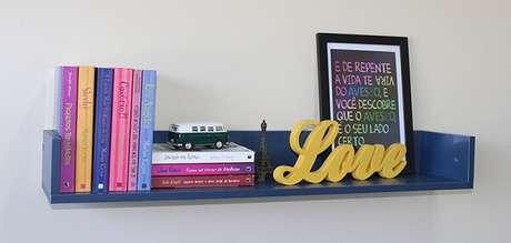 80. Prateleira serve de apoio para livros, quadro e letra em MDF. Fonte: Elo7