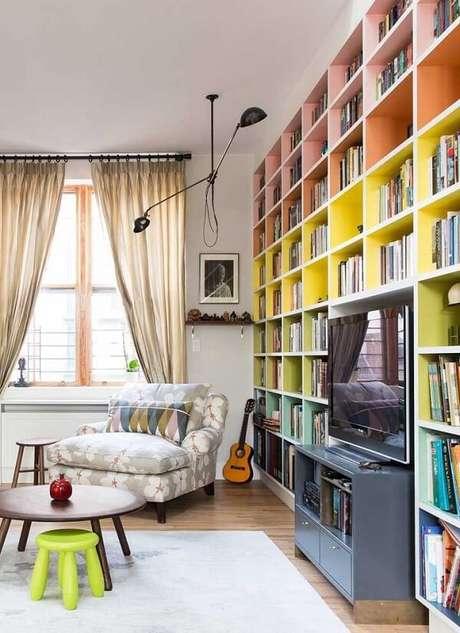81. Prateleiras coloridas encantam o cômodo da casa. Fonte: Pinterest