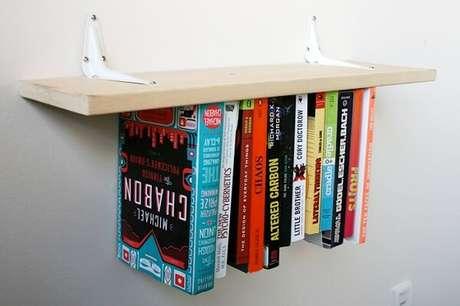 3. Prateleiras para livros com design invertido. Aqui, os livros ficam presos por elásticos. Fonte: Fungus Amungus