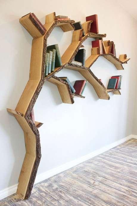 10. Prateleiras de madeira para livros em formato de árvore, trazendo o estilo rústico para a decoração. Fonte BespOak Interiors