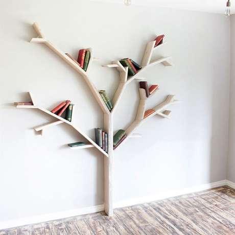 55. Prateleira para livros simples com formato de árvore. Fonte: BespOak Interiors