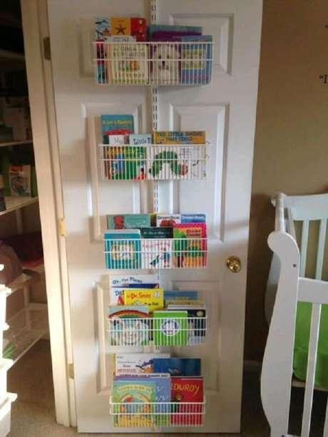 57. Que tal incluir prateleira para livros infantil na própria porta do quarto? Isso maximiza o espaço do ambiente. Fonte: The Container Store