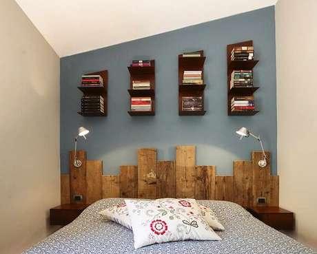 4. Que tal incluir prateleiras para livros de madeira acima da cabeceira da cama. Fonte: Rachele Biancalani