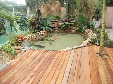 48. Use plantas e pedras para decorar o deck do seu lago artificial – Por: Eu amo decoração