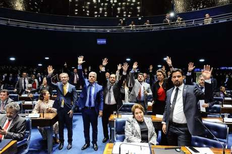 Senadores votando contra a medida. Mesmo com estes votos pela rejeição, o projeto acabou sendo aprovado