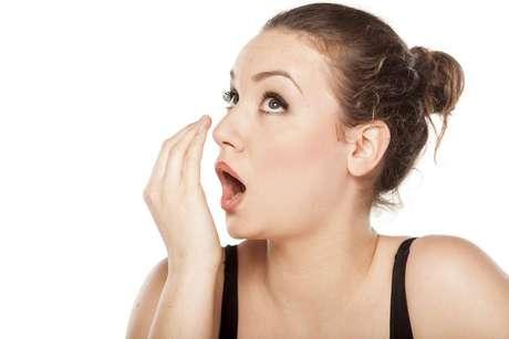 Cárie: assim como outras infecções na boca, ela também traz mau hálito. A halitose pode vir inclusive de feridas cirúrgicas, como nos casos de extrações de dentes.