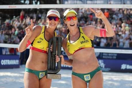 Ágatha e Duda são as líderes do ranking mundial feminino (Foto: Divulgação/FIVB)