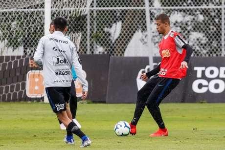 João Victor, de colete vermelho, durante treino no CT Joaquim Grava (Divulgação/Corinthians)