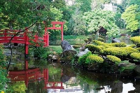 14. A ponte vermelha se destaca por entre a vegetação do Jardim Japonês. Fonte: ConstruindoDecor