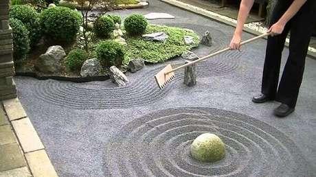 20. Ancinho de madeira usado em Jardim Zen para relaxar. Fonte: Pinterest