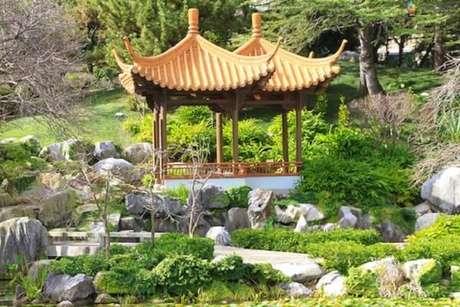 22. Arquitetura oriental complementa a decoração desse jardim. Fonte: Pinterest