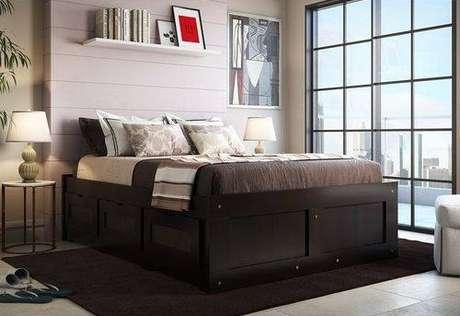"""24. A cama com gavetas pode ser bem sutil, com módulos que ficam """"escondidos"""" na estrutura da cama. Foto: Americanas"""