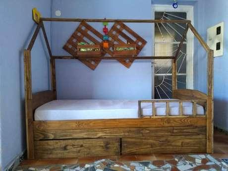 25. A cama com gavetas pode ter acessórios que a deixem ainda mais moderna. Foto: Marcelo Nova