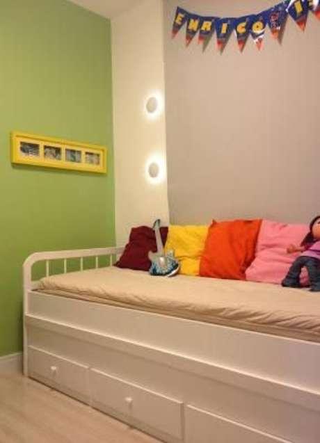 34. O sofá cama com gavetas é muito bom para quartos infantis. Projeto por: Jeanny Machado