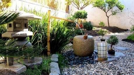 31. Cascata de bambu e pedras complementam o paisagismo desse jardim. Fonte: Pinterest