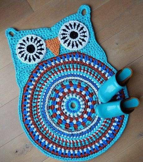 56. O tapete de coruja azul é uma opção linda para seu banheiro – Por: Pinterest